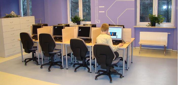 biblioteka-sala-informatyczna-skoczylasa