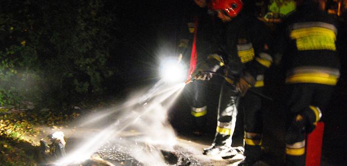 Dwa samochody spalone. Przyczyną może być niezabezpieczona słoma