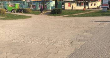 Pokruszony i popękany chodnik na rondzie Starzyńskiego